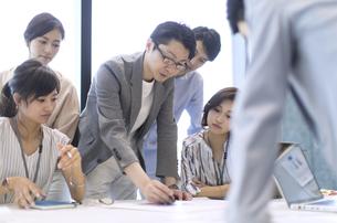 会議中のビジネスマンの写真素材 [FYI02968981]