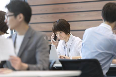 PCを見て電話をするビジネス女性の写真素材 [FYI02968983]
