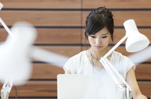 PCを見るビジネス女性の写真素材 [FYI02968985]