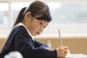 教室で授業を受ける小学生の女の子の写真素材 [FYI02968987]