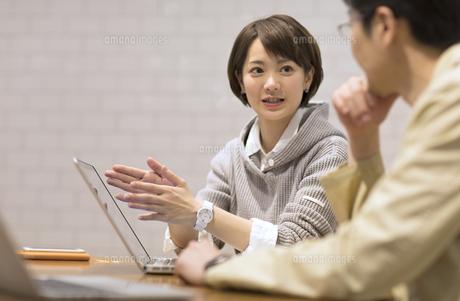 打ち合わせをするビジネス女性の写真素材 [FYI02968988]