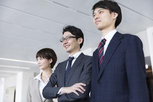 横並びで立つ3人のビジネス男女の写真素材 [FYI02968989]