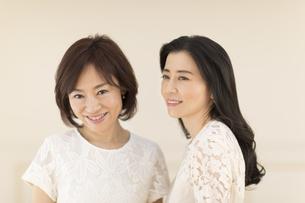 2人の女性のポートレートの写真素材 [FYI02968998]