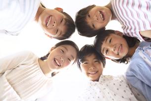 上から見下ろす子供たちの写真素材 [FYI02969001]