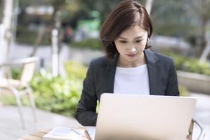 ノートパソコンを操作するビジネス女性の写真素材 [FYI02969006]