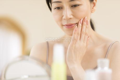 頬に片手を添える女性の写真素材 [FYI02969009]