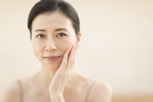 頬に片手を添える女性の写真素材 [FYI02969010]