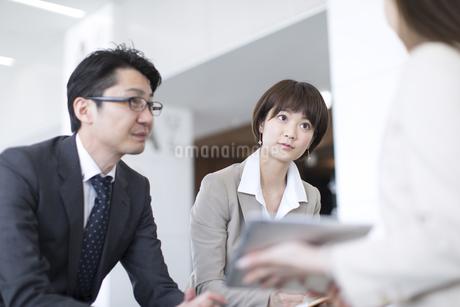 打ち合わせをするビジネス男女の写真素材 [FYI02969011]