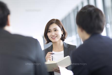 打ち合わせをするビジネス女性の写真素材 [FYI02969023]