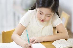 家で勉強をする女の子の写真素材 [FYI02969026]