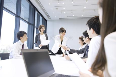会議で握手をするビジネス男女の写真素材 [FYI02969027]