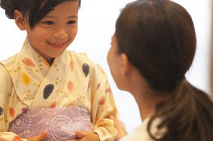 浴衣を着た子供と母親の写真素材 [FYI02969028]