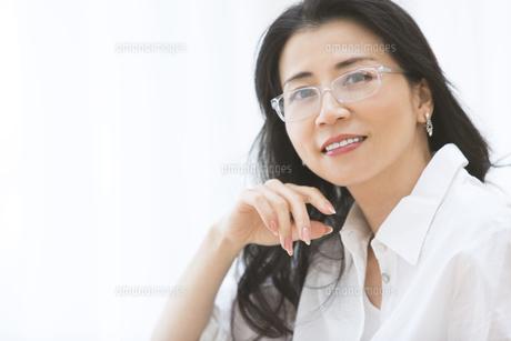 眼鏡の女性のポートレートの写真素材 [FYI02969029]
