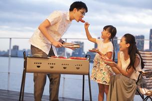 バーベキューを楽しむ家族の写真素材 [FYI02969030]