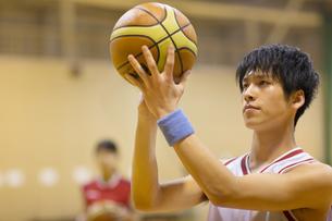 バスケットボールをする男子学生の写真素材 [FYI02969031]