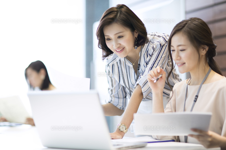 PCを見る2人のビジネス女性の写真素材 [FYI02969035]