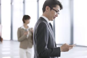 スマートフォンを操作するビジネス男性の写真素材 [FYI02969038]