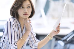 資料を持つビジネス女性の写真素材 [FYI02969039]