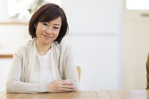 椅子に座って微笑む女性の写真素材 [FYI02969040]