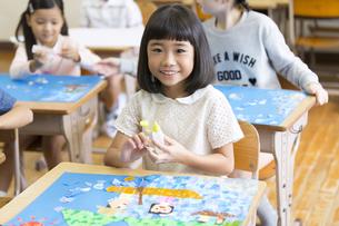 教室で貼り絵を楽しむ女の子の写真素材 [FYI02969041]