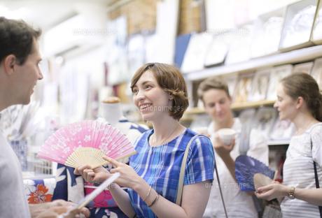 ショッピングを楽しむ男女の外国人観光客の写真素材 [FYI02969044]