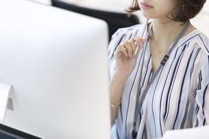 PCを見るビジネス女性の写真素材 [FYI02969045]