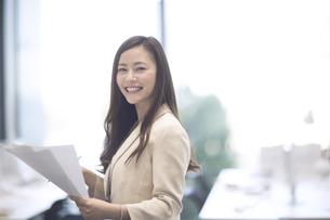 資料を持つビジネス女性の写真素材 [FYI02969046]