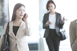 スマートフォンで通話するビジネス女性の写真素材 [FYI02969048]