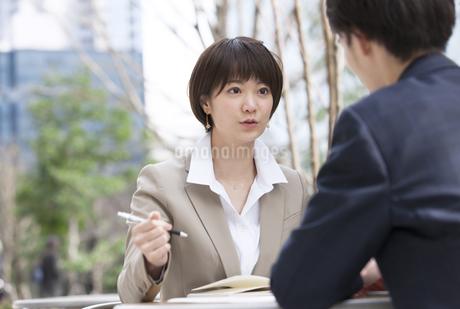 打ち合わせをするビジネス男女の写真素材 [FYI02969050]