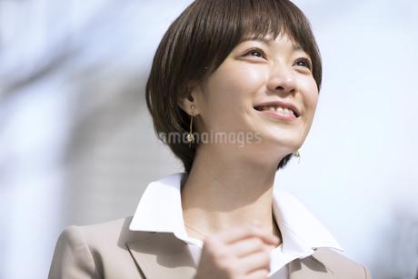 横を向くビジネス女性の写真素材 [FYI02969054]