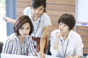 打ち合わせをする3人のビジネス女性の写真素材 [FYI02969057]