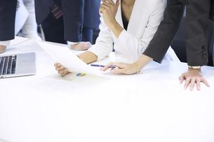 打ち合わせをするビジネス男女の手元の写真素材 [FYI02969060]