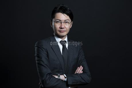 腕を組むビジネス男性の写真素材 [FYI02969061]