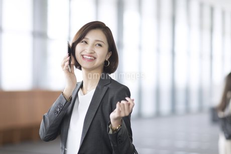 スマートフォンで通話するビジネス女性の写真素材 [FYI02969063]