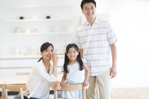 ダイニングテーブルで笑い合う家族の写真素材 [FYI02969066]