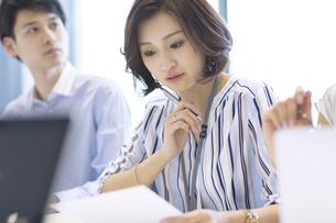 会議中のビジネス女性の写真素材 [FYI02969067]