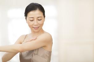腕をマッサージする女性の写真素材 [FYI02969070]