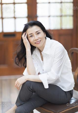 椅子に座っている女性の写真素材 [FYI02969073]