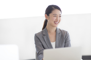 オフィスで笑顔のビジネス女性の写真素材 [FYI02969074]