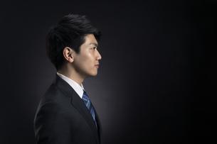 ビジネス男性の横顔の写真素材 [FYI02969078]