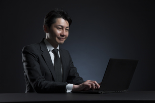 ノートPCを操作するビジネス男性の写真素材 [FYI02969079]
