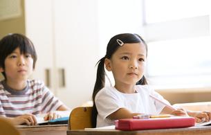教室で授業を受ける小学生の女の子の写真素材 [FYI02969082]