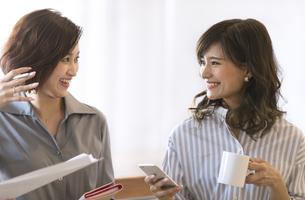 打ち合わせをする2人のビジネス女性の写真素材 [FYI02969085]