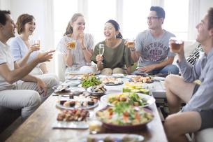 ホームパーティーを楽しむ外国人と日本人の写真素材 [FYI02969086]
