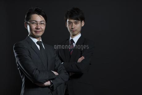 腕を組むビジネス男性2人の写真素材 [FYI02969093]