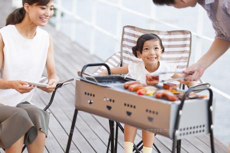 バーベキューを楽しむ家族の写真素材 [FYI02969094]