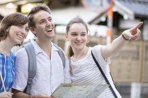 地図で行き先を確認する男女の外国人観光客の写真素材 [FYI02969097]