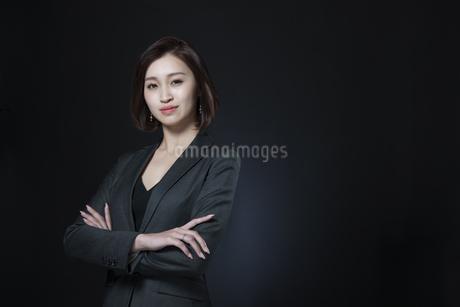 腕を組むビジネス女性の写真素材 [FYI02969099]