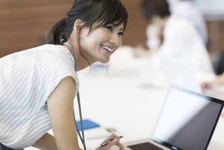 横を向くビジネス女性の写真素材 [FYI02969100]