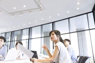 会議中のビジネスマンの写真素材 [FYI02969101]